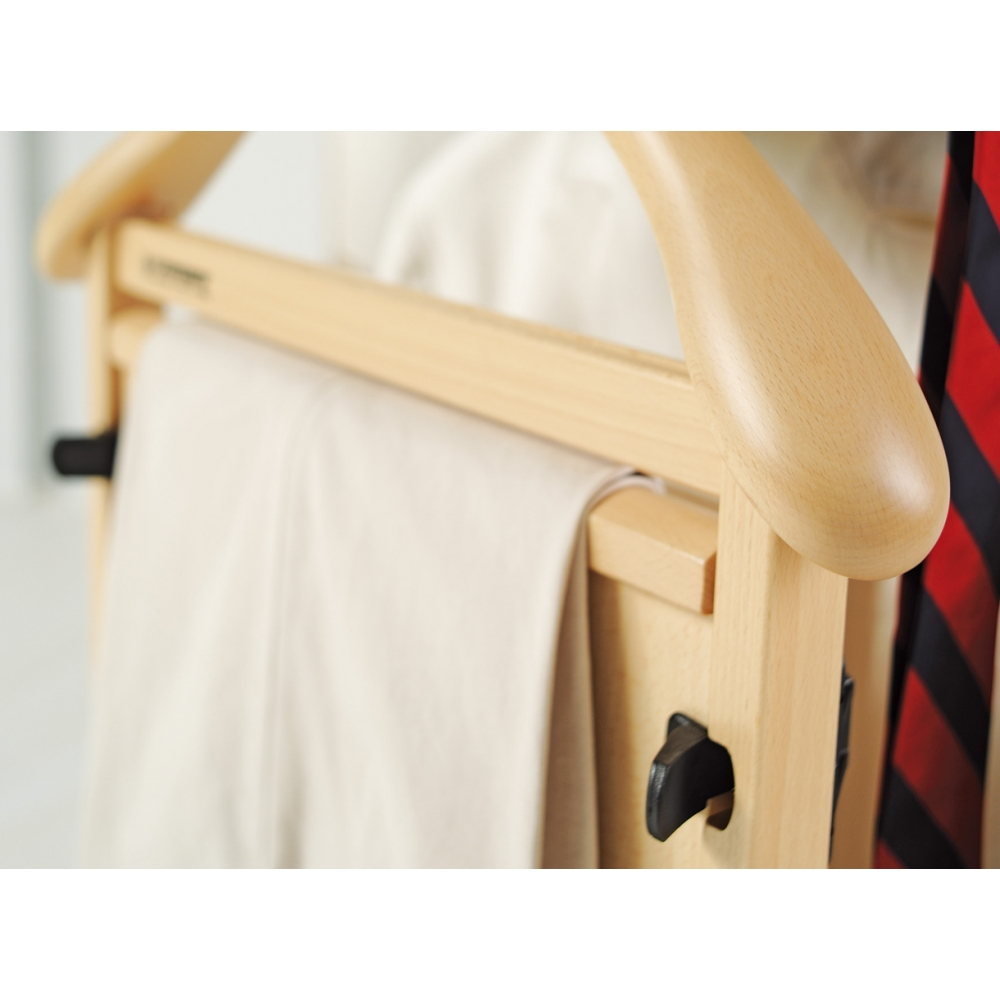 Dotato di tutti gli accessori per riporre gli abiti in modo ordinato
